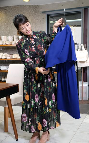 モデル神戸蘭子さんが選んだドレカリのレンタルワンピース 青のケープ風ワンピース
