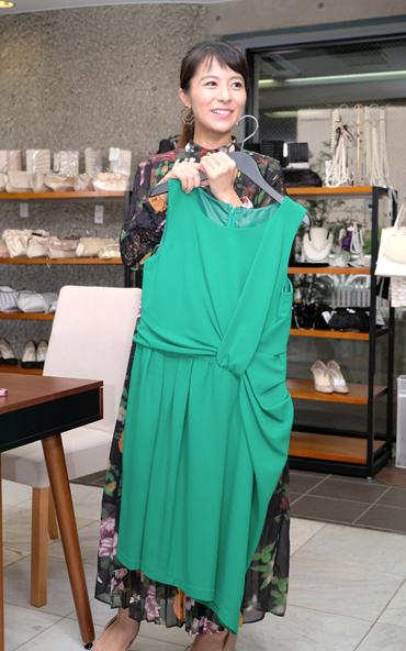 モデル神戸蘭子さんが選んだドレカリのレンタルワンピース グリーンのウエストタックワンピース