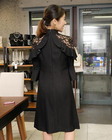 モデル神戸蘭子さんが選んだドレカリのレンタルワンピース ブラック 袖付きレースワンピース 後ろ姿