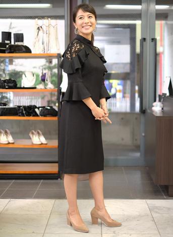 モデル神戸蘭子さんが選んだドレカリのレンタルワンピース ブラック 袖付きレースワンピース 横向き